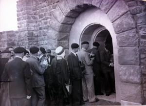 Légionnaires attendant leur tour pour déposer un peu de leur terre natale dans une crypte sur le plateau de Gergovie, archives d'Henri Pichot